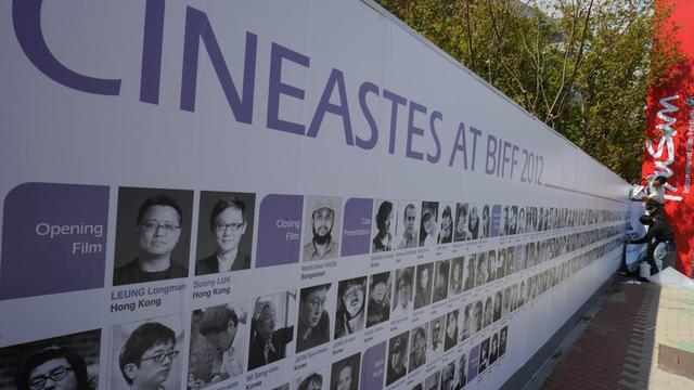 Un homme finit de mettre en place un panneau à Busan à l'occasion du festival international du film, le 3 octobre 2012 [Ted Aljibe / AFP]