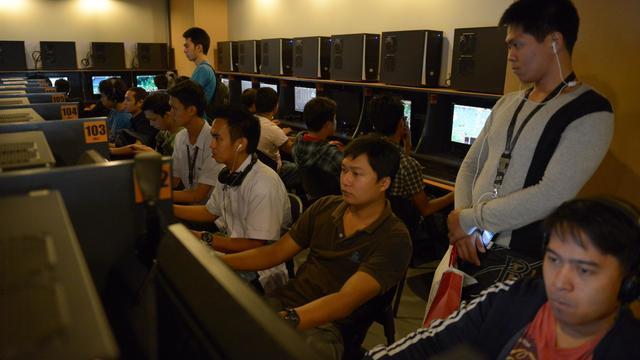 Des cybernautes dans un café intrenet à Manille le 3 octobre 2012 [Jay Directo / AFP]