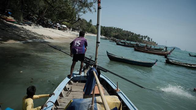 Des hommes de la minorité Chao Lay le 16 février 2013 sur leur bateau à Rawai, dans le sud de la Thaïlande [Nicolas Asfouri / AFP]