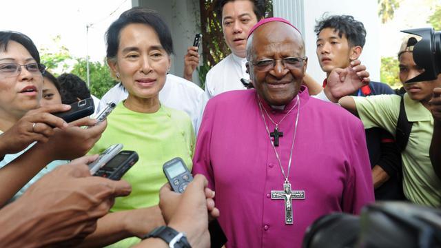 L'archevêque sud-africain Desmond Tutu rencontre la chef de l'opposition birmane Aung San Suu Kyi, le 26 février 2013 à Rangoun [Soe Than Win / AFP]