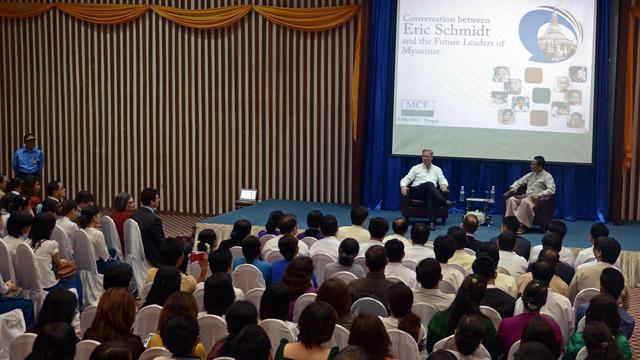 Eric Schmidt lors d'une conférence à Rangoun, le 22 mars 2013 [Ye Aung Thu / AFP]