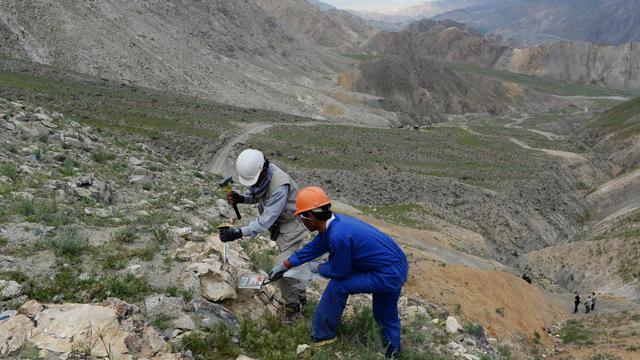 Des Afghans cassent des pierres à la recherche d'or, le 6 mai 2013 à Qara Zaghan dans la province de Baghlan [Shah Marai / AFP]