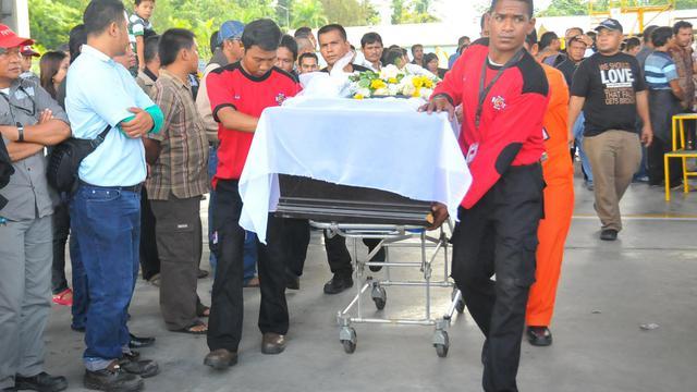 Le corps d'un mineur à son arrivée le 22 mai 2013 à l'aéroport de Timika pour être rapatrié dans son village natal [Tjahjo Eranius / AFP]