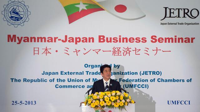 Le Premier ministre japonais Shinzo Abe prononce un discours devant des hommes d'affaires, le 25 mai 2013 à Rangoun [Ye Aung Thu / AFP]