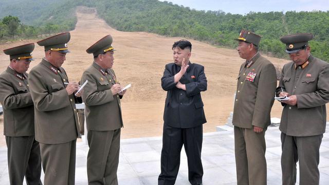 Photo de l'agence officielle montrant le dirigeant nord-coréen Kim Jong-Un (c) lors de sa visite du projet de domaine skiable, le 27 mai 2013 [ / KCNA via KNS/AFP]