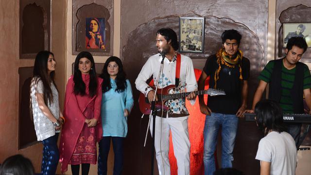 Les comédiens de la première comédie musicale pakistainaise, réunis le 20 mai 2013 sur les lieux du tournage à Lahore [Arif Ali / AFP/Archives]