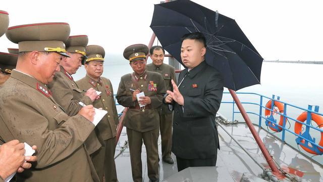 Photo non datée publiée par l'agence d'information nord-coréenne (KCNA) le 28 mai 2013 et montrant Kim Jong-Un (d)  lors d'une tournée d'inspection dans une usine de pêche [Kcna / Kcna/AFP]