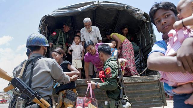 Des soldats aident des familles musulmanes qui se réfugient dans un monastère le 30 mai 2013 à Lashio, en Birmanie [Ye Aung Thu / AFP]