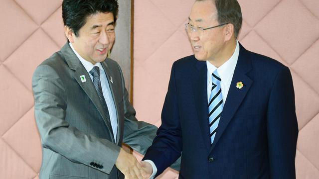 Le Premier ministre japonais Shinzo Abe accueille le secrétaire général de l'ONU, Ban Ki-moon (D), le 2 juin 2013 à Yokohama [Toru Yamanaka / Pool/AFP]