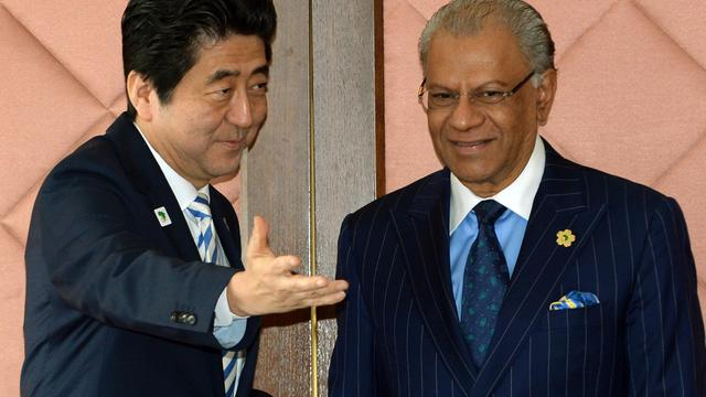 Le Premier ministre japonais Shinzo Abe (g) et son homologue mauricien Navin Ramgoolam, le 3 juin 2013 à Tokyo [Toshifumi Kitamura / Pool/AFP]