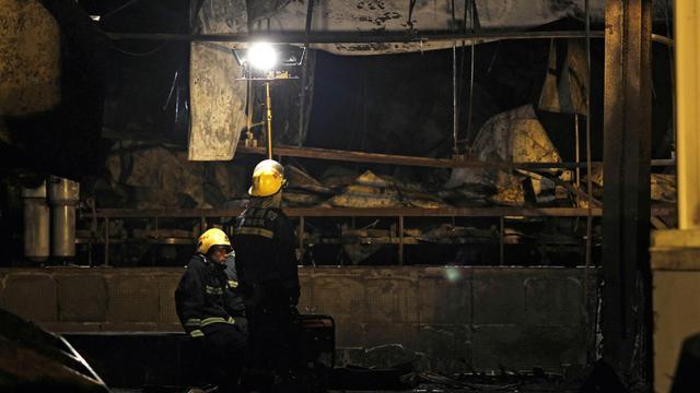 Des secouristes à la recherche de victimes après l'incendie d'un abattoir de volailles à Dehui, dans le nord-est de la Chine [Str / AFP]