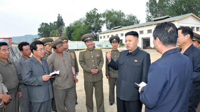 Photo non datée transmise  le 5 juin 2013 par l'agence KCNA montrant le leader nord-coréen Kim Jong-Un (D) visitant une ferme dan la province de Kangwon [Kcna Via Kns / Kcna Via Kns/AFP]