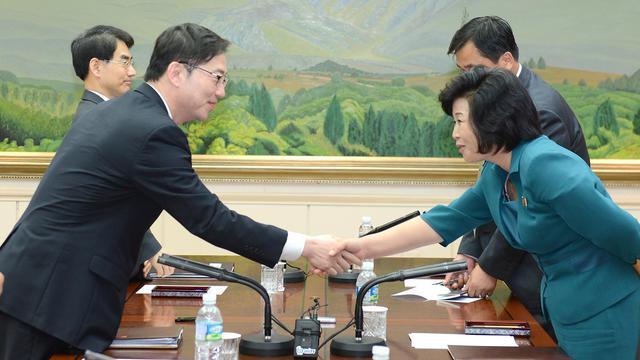 Le délégué sud-coréen Chun Hae-Sung et son homologue nord-coréenne le 10 juin 2013 à Panmunjom [South Korean Unification Ministr / AFP]