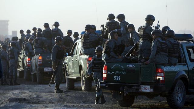 Les forces de sécurité prennent position le 10 juin 2013 autour de l'aéroport de Kaboul