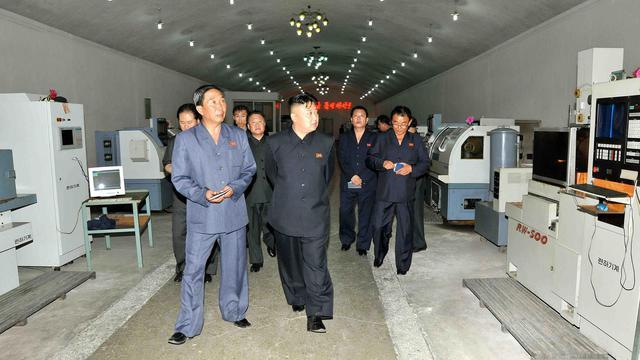 Photo non datée fournie le 16 juin 2013 par KCNA montrant  Kim Jong-Un visitant une usine dans la province de Phyongan [ / KCNA via KNS/AFP]