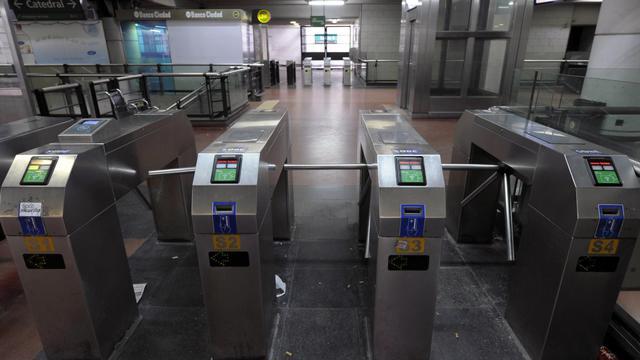 La grève du métro de Buenos Aires, qui sème le chaos dans la mégapole argentine depuis dix jours, fait éclater au grand jour un conflit ouvert entre la présidente Cristina Kirchner et son rival de droite, le maire de la capitale Mauricio Macri.[AFP]
