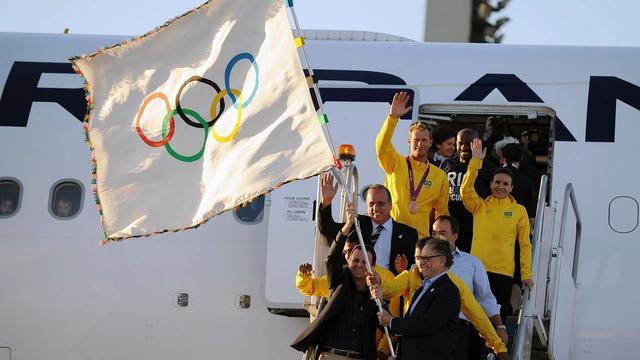Le drapeau olympique, porté par le maire de Rio Eduardo Paes, est arrivé à Rio de Janeiro, site des JO-2016, lundi, a constaté l'AFP.[AFP]