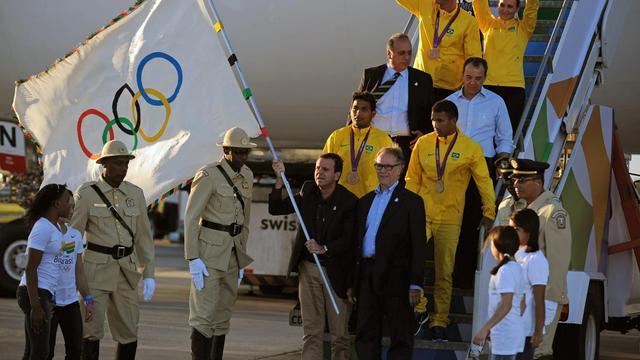 """Le président du Comité international olympique (CIO), Jacques Rogge, a appelé mardi Rio à """"travailler dur"""" pour les JO-2016, alors que le drapeau olympique, arrivé de Londres la veille, faisait étape à Brasilia, auprès de la présidente brésilienne Dilma Roussef.[AFP]"""