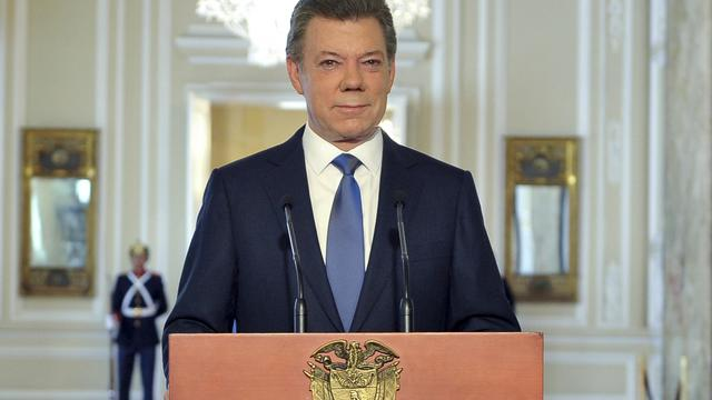 En lançant un dialogue de paix avec la guérilla des Farc, le président colombien Juan Manuel Santos tente un audacieux pari que n'a réussi aucun de ses prédécesseurs, un virage toutefois bien calculé pour ce fin politique, selon des experts interrogés par l'AFP.[PRESIDENCIA]