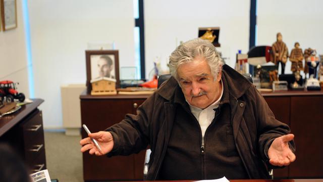 """""""Je ne suis pas un président pauvre, j'ai besoin de peu"""", explique à l'AFP l'iconoclaste président uruguayen José Mujica, qui reverse presque 90% de son salaire de 9.300 euros à une organisation d'aide au logement et critique la """"société de consommation"""" ainsi que son """"hypocrisie"""" sur la toxicomanie ou l'avortement. [AFP]"""