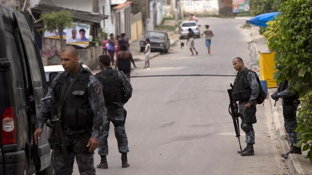Quelque 250 policiers appuyés de blindés et d'hélicoptères ont investi mardi une favela de la banlieue nord de Rio de Janeiro, où au moins 12 personnes ont été tuées en trois jours, pour expulser les trafiquants de drogue et reprendre le contrôle de la zone. [AFP]