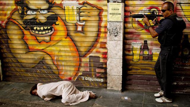Pétards et coups de feu sporadiques se font entendre à l'arrivée d'une équipe municipale de lutte contre l'addiction au crack dans la favela de Jacarezinho (banlieue pauvre de Rio), où ce dérivé bon marché de la cocaïne fait des ravages. [AFP]