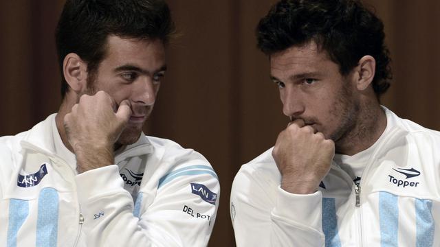 Les Argentins Juan Martin Del Potro (G) et Juan Monaco (D) discutent lors de la conférence de presse de présentation du match de Coupe Davis contre la République tchèque le 13 septembre 2012 à Buenos Aires [Daniel Garcia / AFP]