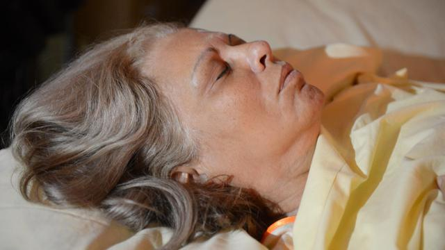 L'opposante cubaine Marta Beatriz Roque étendue sur son lit, alors qu'elle continue sa grève de la faim, le 13 septembre 2012 à La Havane [Adalberto Roque / AFP]