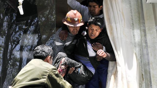 Un mineur blessé par une explosion de dynamite à La Paz, le 18 septembre 2012 [Aizar Raldes / AFP]