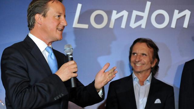Le Premier ministre David Cameron (g) et l'ancien pilote de Formule 1 Emerson Fittipaldi, le 27 septembre 2012 à Rio [Vanderlei Almeida / AFP]