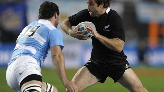 Le centre néo-zélandais Conrad Smith (d) attaqué par le deuxième ligne argentin Tomas Leonardi le 29 septembre 2012 à La Plata (Bienos Aires) [Alejandro Pagni / AFP]