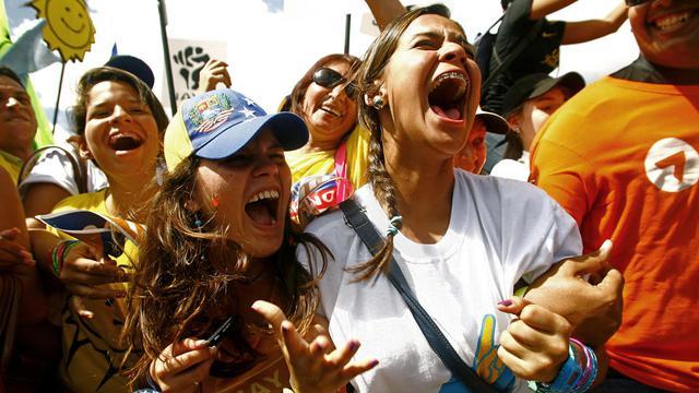 Des partisans d'Henrique Capriles à Caracas pour un meeting géant, le 30 septembre 2012. [Geraldo Caso / AFP]