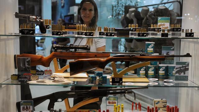 Une visiteuse au Salon de la Défense et de la Sécurité à Rio de Janeiro, el 9 avril 2013 [Vanderlei Almeida / AFP]