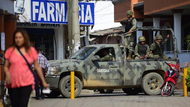 Des soldats mexicains patrouillent dans les rues de Coalcoman, dans l'Etat du Michoacan, le 21 mai 2013 [Alfredo Estrella / AFP]