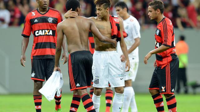 Neymar (centre, de face) salue les joueurs de Flamengo pour son dernier match avec Santos, le 26 mai 2013 [Evaristo Sa / AFP]