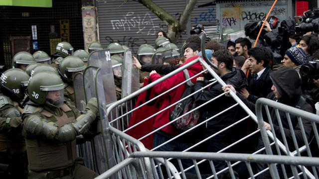 Des étudiants chiliens affrontent des policiers anti-émeute lors d'une manifestation, le 28 mai 2013 à Santiago [Martin Bernetti / AFP]