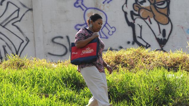 Une Hondurienne dans lun quartier de Tegucigalpa contrôlé par les gangs Mara, le 31 mai 2013 [Orlando Sierra / AFP]