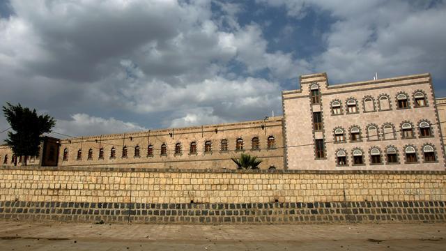 Cinq personnes, dont deux civils, ont été tuées et 17 autres blessées mardi dans l'attaque de soldats fidèles à l'ancien président Ali Abdallah Saleh contre le siège du ministère de la Défense à Sanaa, a indiqué à l'AFP une source militaire.[AFP]
