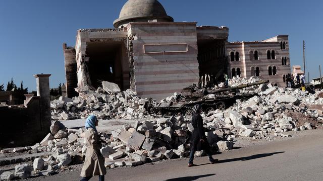 A Mogambo, un quartier huppé sunnite du nord-ouest d'Alep, Ghali Zaboubi possède deux cafés, dont l'un est réputé pour être celui des opposants. Son coeur penche en faveur du changement mais il rejette la rébellion armée qui ruine, selon lui, sa ville et le commerce. [AFP]