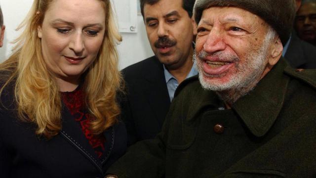 Les juges enquêtant sur la thèse d'un possible empoisonnement de Yasser Arafat ont demandé à se rendre à Ramallah, où est inhumé l'ex-dirigeant palestinien et où des policiers français réaliseront des prélèvements, a annoncé sa veuve dans un communiqué transmis par son avocat.