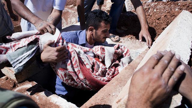 Une vingtaine de personnes, dont sept enfants, ont péri mercredi avant l'aube dans des bombardements sur des quartiers rebelles d'Alep, deuxième ville de Syrie touchée par de violents combats depuis plus d'un mois, rapporte une ONG syrienne.[AFP]
