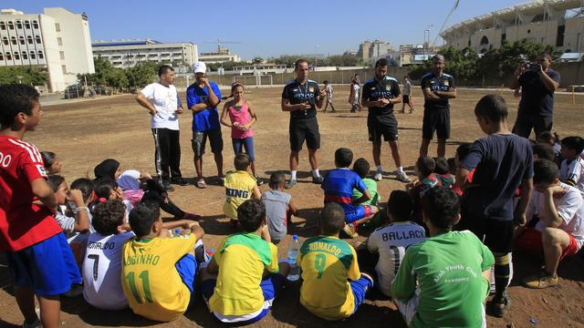 Sa vie dans un camp de réfugiés au sud de Beyrouth est marquée par la violence, les pénuries et la pauvreté, mais pendant quelques jours cette semaine, Rayane, Palestinienne de 11 ans, peut se détendre sur un terrain de football, avec un entraîneur envoyé par le club anglais Manchester City. [AFP]