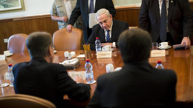 """Le Premier ministre israélien Benjamin Netanyahu a annulé une réunion du cabinet de sécurité prévue mercredi à la suite de """"fuites"""" dans la presse sur des dissensions censées rester secrètes à propos de l'Iran, a annoncé un communiqué de son bureau.[POOL]"""