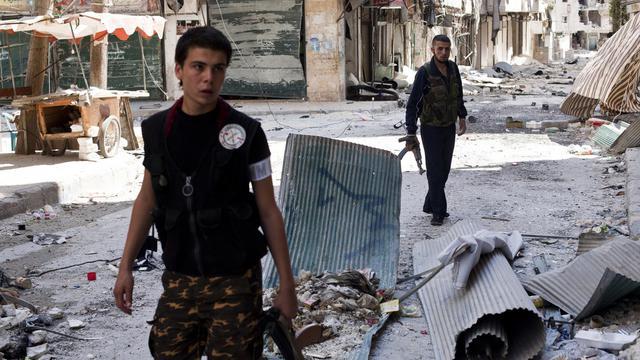 L'armée syrienne bombardait dimanche matin à l'artillerie lourde plusieurs localités du pays pour tenter d'en déloger les rebelles, la violence ne connaissant aucun répit, a indiqué l'Observatoire syrien des droits de l'Homme (OSDH). [AFP]