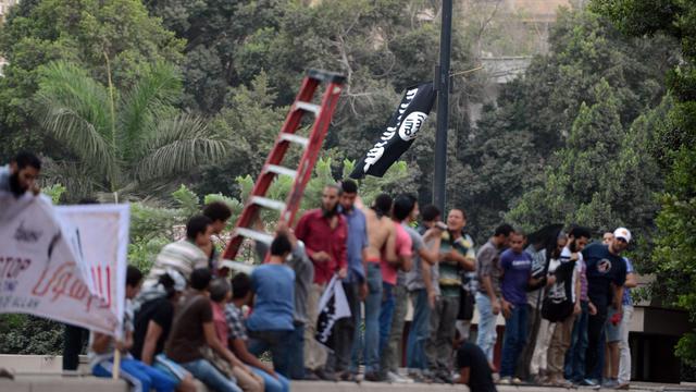 """Des milliers de manifestants égyptiens rassemblés devant l'ambassade des Etats-Unis au Caire pour dénoncer un film qu'ils jugent """"anti-Islam"""" ont déchiré mardi le drapeau américain, ont constaté des journalistes de l'AFP. [AFP]"""