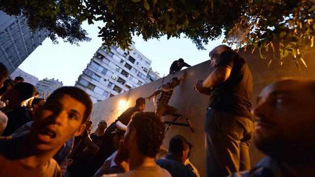 """Des milliers d'Egyptiens, en majorité des salafistes, ont manifesté mardi devant l'ambassade américaine au Caire pour dénoncer le film, selon eux """"anti-islam"""", de coptes vivant aux Etats-Unis, certains arrachant le drapeau pour le remplacer par un étendard islamique. [AFP]"""
