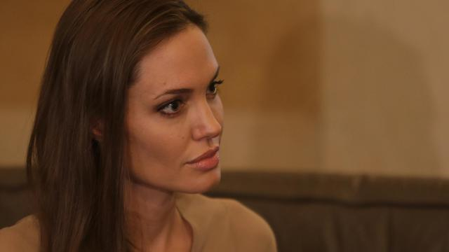 L'actrice américaine Angelina Jolie, envoyée spéciale du chef du Haut commissariat des Nations unies pour les réfugiés (HCR), s'est rendue jeudi dans un camp de réfugiés syriens à la frontière turque, sa deuxième visite en Turquie depuis l'été 2011, ont rapporté les médias turcs. [AFP]