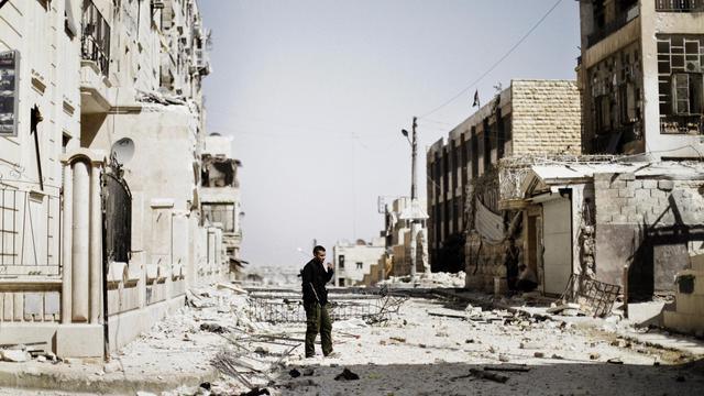 Un rebelle syrien se tient dans une rue d'Alep, le 12 septembre 2012 [Marco Longari / AFP]