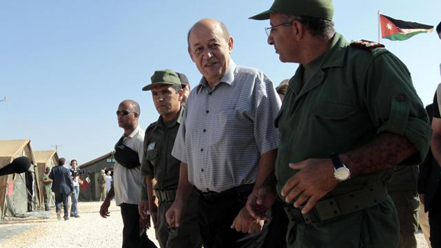 Le ministre français de la Défense Jean-Yves Le Drian (c) visite le camp de Zaatari en Jordanie, le 13 septembre 2012 [Khalil Mazraawi / AFP]