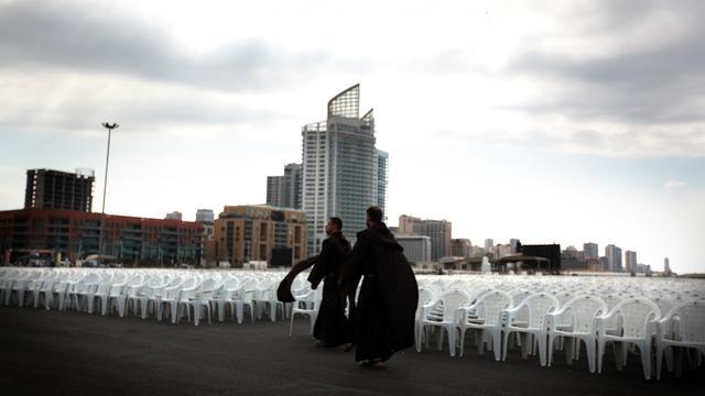 Des moines Franciscains visitent le site où le pape Benoît XVI prononcera une messe, le 13 septembre 2012 à Beyrouth [Patrick Baz / AFP]